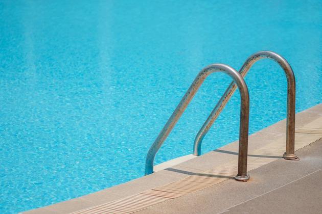 炎炎夏日,游泳池里的水总是那么清凉。