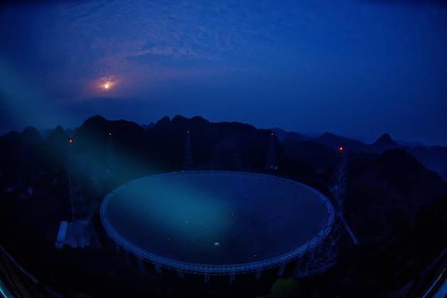 """3月28日拍摄的夜幕下的""""中国天眼""""全景。"""