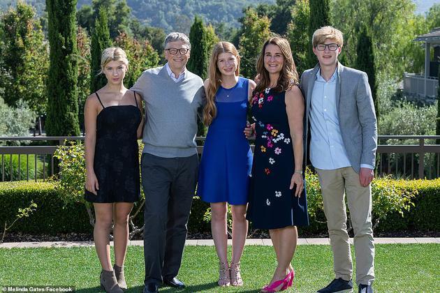 比尔和梅琳达·盖茨(Bill and Melinda Gates),于2019年11月与珍妮弗(Jennifer),菲比(Phoebe)和罗里(Rory)合影