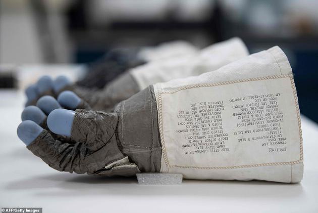 """在华盛顿附近的尚蒂伊,阿波罗11号登月任务指挥官尼尔·阿姆斯特朗的手套出现在航空航天博物馆的保护实验室里。2019年7月20日将是人类首次登上月球50周年,阿姆斯特朗的名言""""这是一个人的一小步,却是人类的一大步""""一直被世人铭记。"""