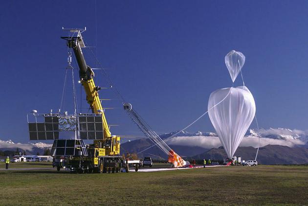 该实验将在天空中形成一个800米长、直径约90米的管状区域。在接下来的24小时里,由螺旋桨操纵的气球将穿过这片人造云,气球上的传感器监控尘埃的反射阳光能力,以及它对周围稀薄空气的影响