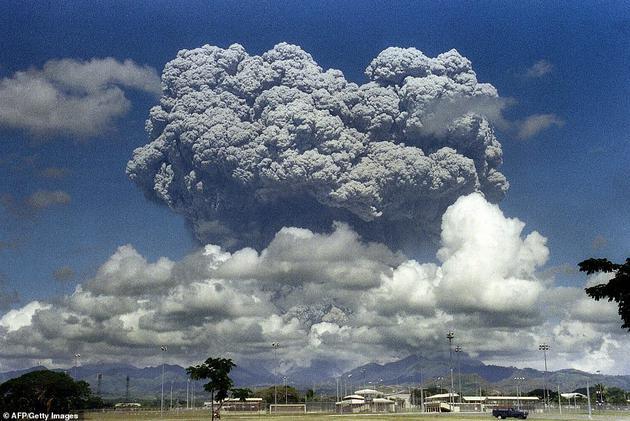 该计划的灵感部分来自一场自然灾害。1991年菲律宾皮纳图博火山爆发(如图),造成700多人死亡,20多万人无家可归