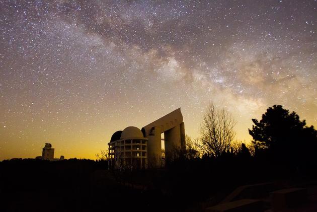 图五 LAMOST望远镜与星空(国家天文台供图)