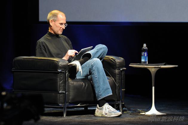 """10年前,乔布斯坐在沙发上,告诉人们电脑和手机中间,可以再有个产品叫""""iPad"""""""