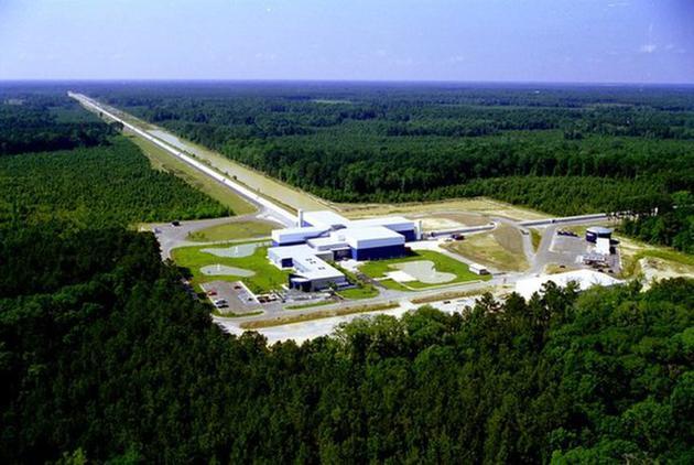 LIGO项现在运走着两个干涉仪,一个位于华盛顿州东部的汉福德,另一个位于路易斯安那州的利文斯顿(如图)