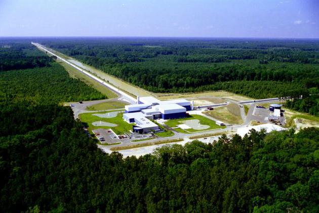 图为位于美国路易斯安那州的LIGO探测器。为准确捕捉细微的引力波扰动,该探测器的干涉臂长达4公里。