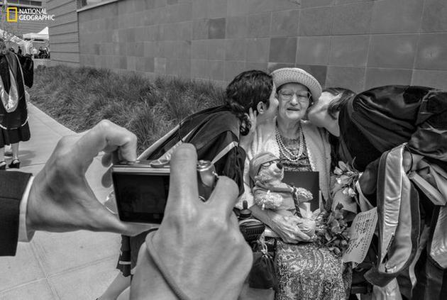 照片摄于2009年5月,两名即将卒业的医门生正在亲吻苏珊的双颊。