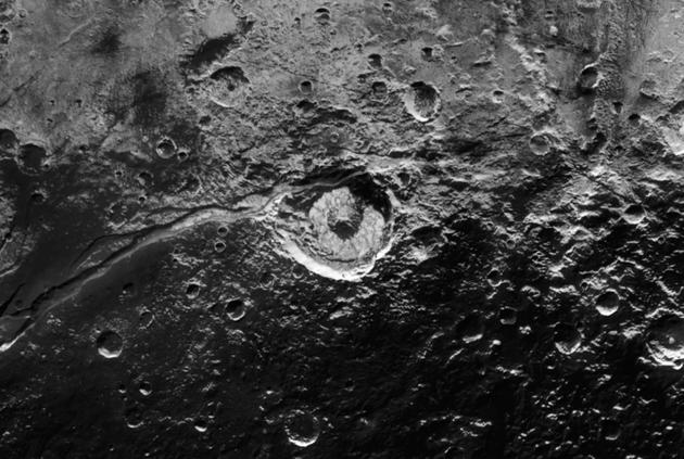 4、圖中是被Virgil Fossae峽谷貫穿的埃利奧特隕坑。