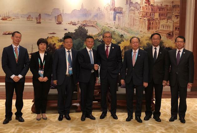 泰国副总理颂奇一行同马云在上海座谈。