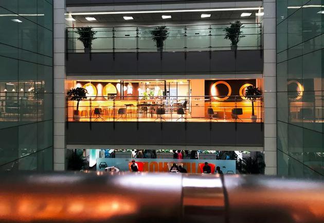 在搬离理想国际大厦的最后一个周五,ofo办公室灯火通明,但是已经没什么人,而楼下一层的其他公司办公区仍然人头攒动。摄影/张珺