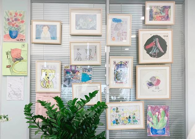 柳青朋友圈配图:柳青办公室里墙上挂满了孩子的绘画作品
