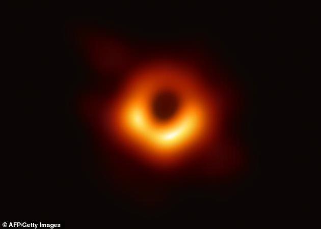 """在另一项研究中,近期科学家首次成像一个黑洞,获得黑洞第一张照片,目前科学家最新实验表明,""""霍金辐射""""理论是正确的。"""
