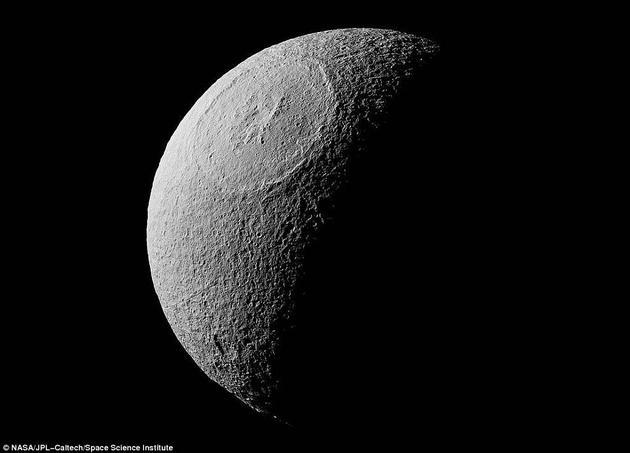 奥德修斯撞击坑是这颗冰冻星球上最大的撞击坑,直径约为450公里,超过土卫三直径(1071公里)的五分之二。图片中还可以看到撞击坑边缘的环形山及中央山峰。