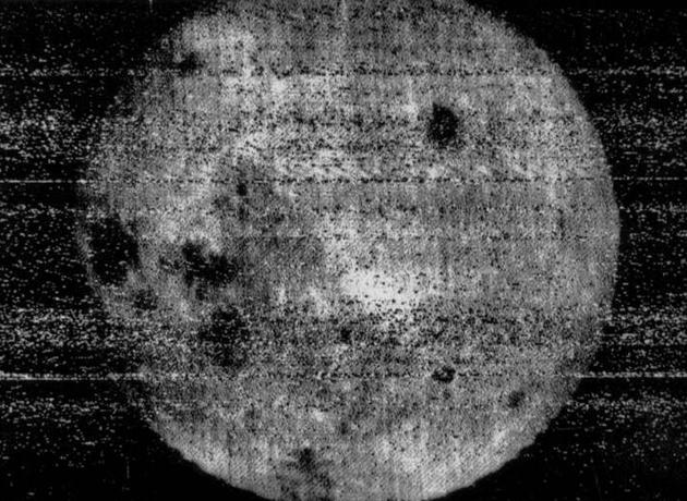 """苏联""""月球三号""""探测器拍摄的第一张月球背面照片。"""