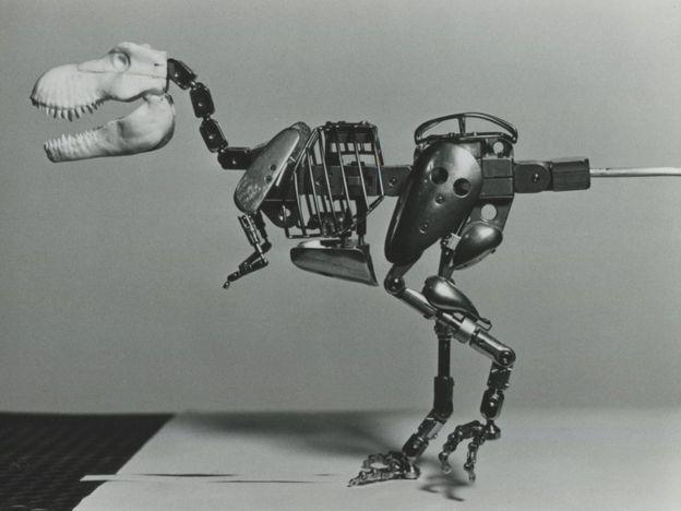 为了使动画更加准确,拍摄团队制作了一个金属框架恐龙,用于初期的动作捕捉。