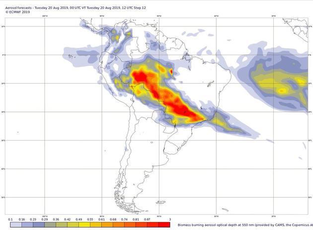 """欧盟""""哥白尼计划""""(又称""""全球环境与安全监测计划"""")的卫星图像显示,烟雾如同一把尖刀,从北往南穿过了巴西"""