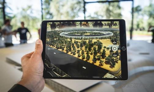 Apple Park的访客中心就有个AR体验