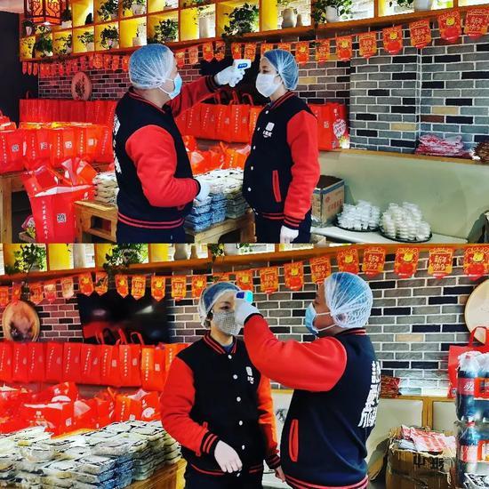 大龙燚门店内,员工开工前测量体温。