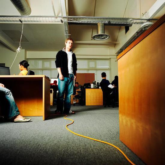 2006年,扎克伯格在Facebook位于Palo Alto 的办公室