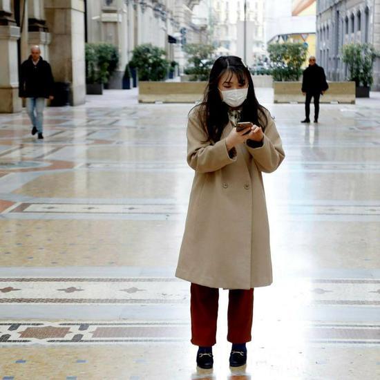 米兰的一名智能手机用户