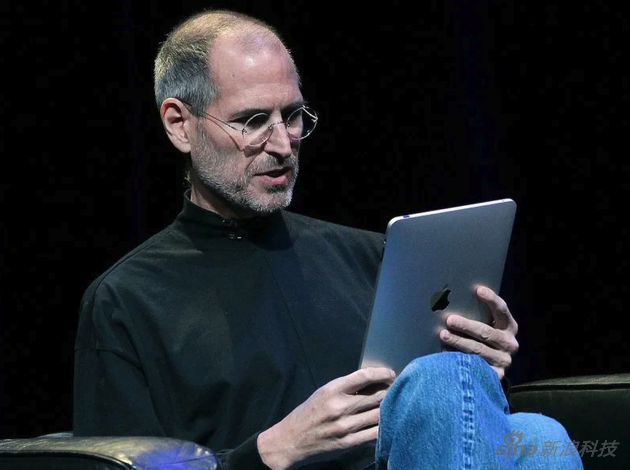 2010年1月,一代iPad發布會,喬布斯坐在沙發上講解這款產品,成為經典的一幕
