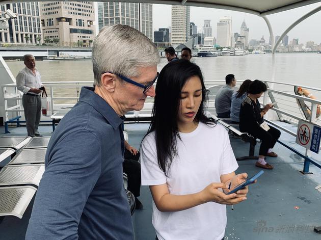 库克与陈漫再上海轮渡上交流手机摄影