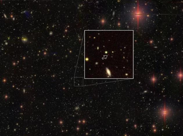这是迄今发现3颗距离地球最远的类星体之一,这颗类星体环绕着一个超大质量黑洞,距离地球130.5亿光年。
