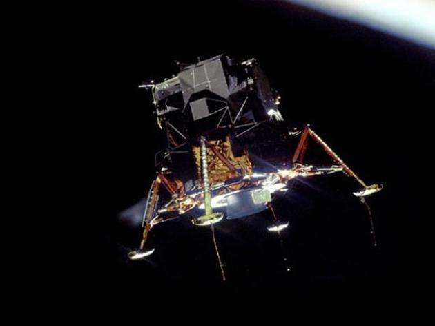 """当NASA于1969年在低地轨道进行阿波罗9号登月舱的载人测试时,宇航员将其称为""""蜘蛛""""(Spider),这是因为登月舱有好多支撑脚。"""