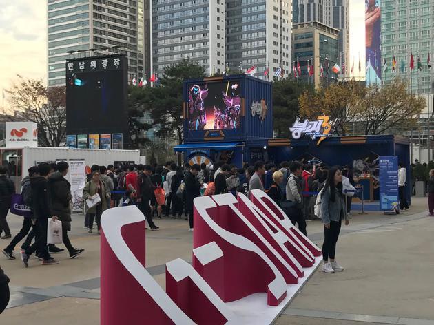 2018韩国釜山G-STAR游戏展上,米哈游展台前排队的玩家