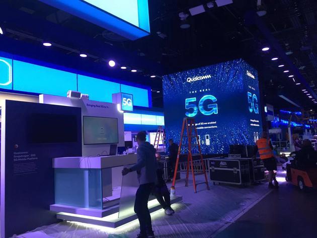 装修中的高通、英特尔展位都亮出5G的旗号