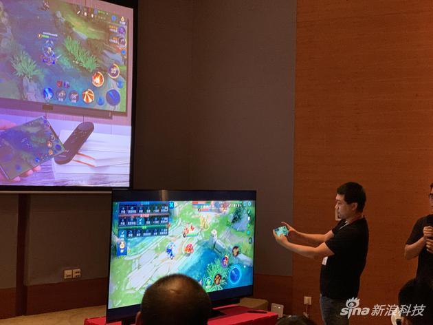 现场演示手机投屏到电视上玩游戏