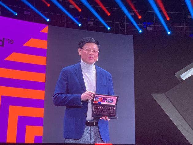 联想ThinkPad X1折叠屏电脑展示,采用13.3英寸的OLED显示屏