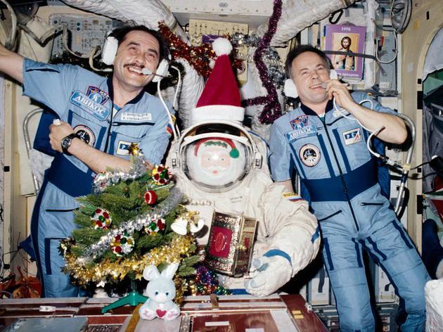 """1、图中是1997年""""和平号""""空间站举办的圣诞节,俄罗斯宇航员帕维尔•维诺格拉多夫(左)和阿纳托利•索洛维耶夫(右),俄罗斯宇航员在太空饮酒方面明确比美国宇航员更加宽松,而且他们饮酒不只是为了度假。"""