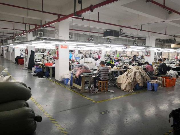 面料、裁剪环节以及缝制环节都在一个空间里。