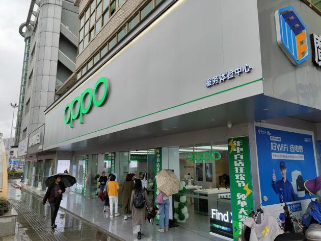 (图为OPPO在长沙一家线下门店,摄影:骆轶琪)