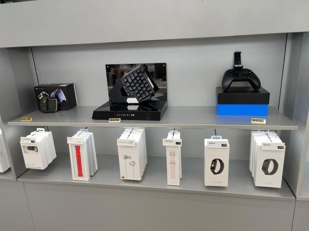 (OPPO在长沙一家门店中陈列的IoT互联生态一角,摄影:骆轶琪)