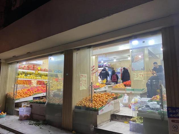 社区团购自提点附近的水果店,图摄:IT时报
