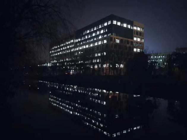 晚上10点左右,上汽集团3号楼灯火通明    来源:受访者供图