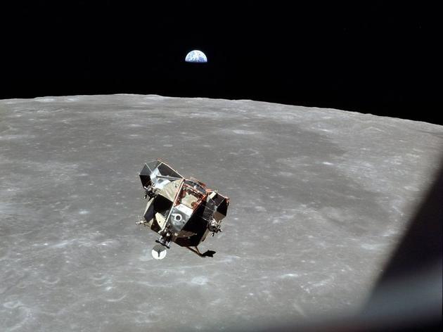 """""""鹰""""号登月舱载着尼尔·阿姆斯特朗和巴兹·奥尔德林返回""""哥伦比亚""""号指令舱,与与迈克尔·柯林斯会合"""