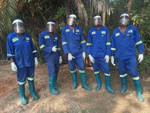 刚果民主共和国的J.A.C.K。黑猩猩救助中心在新冠大流行期间采取了一系列措施,包括为工作人员提供防护装备。许多人还选择步行或骑自行车上班,而不是乘坐公共交通工具,以避免感染病毒