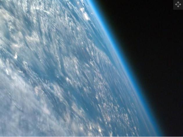 太陽粒子使大氣中的氮分子和氧分子電離,從而導致其他化學反應,破壞臭氧層