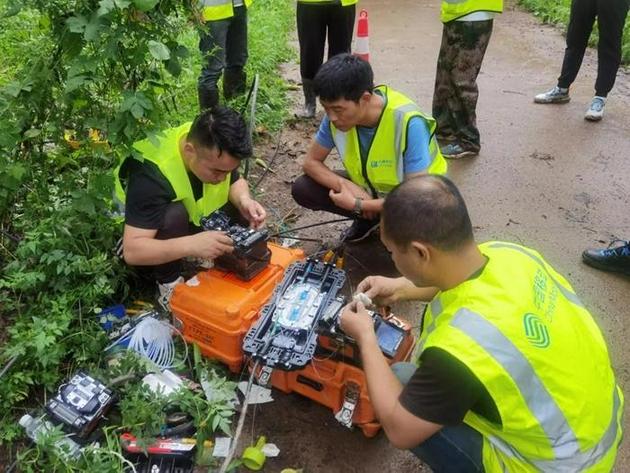 工作人员在抢修通信设备。中国移动供图