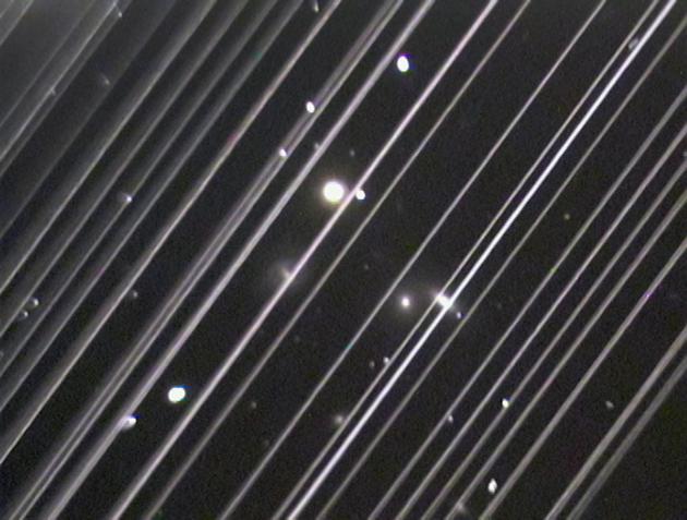 图6:美国亚利桑那州洛厄尔(Lowell)天文台在拍摄NGC5353/4的时候星链卫星自对角线贯穿望远镜整个视场,来源:Victoria Girgis/Lowell Observatory