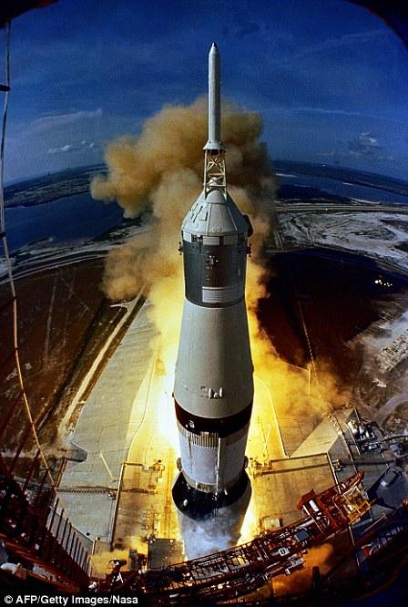 装载着阿波罗11号的土星5号火箭于当地时间1969年7月16日9时32分(13时32分UTC)在肯尼迪航天中心发射升空