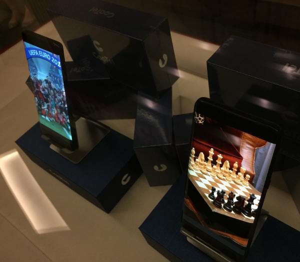 上海研制生产的曲面柔性AMOLED手机屏。