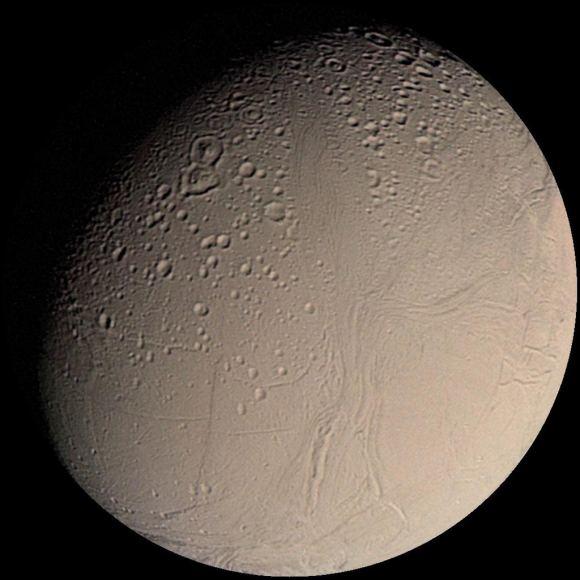 圖為旅行者2號拍攝的土衛二表面照片。土衛二表面冰層覆蓋,部分冰層比較古老且帶有環形坑,而其他部分看上去更為年輕明亮,表明土衛二上存在地質活動。