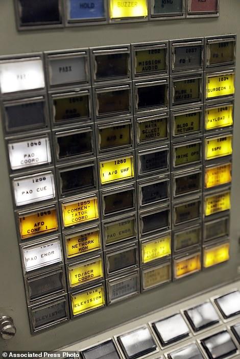 助推器系统工程师控制台上的按钮被点亮
