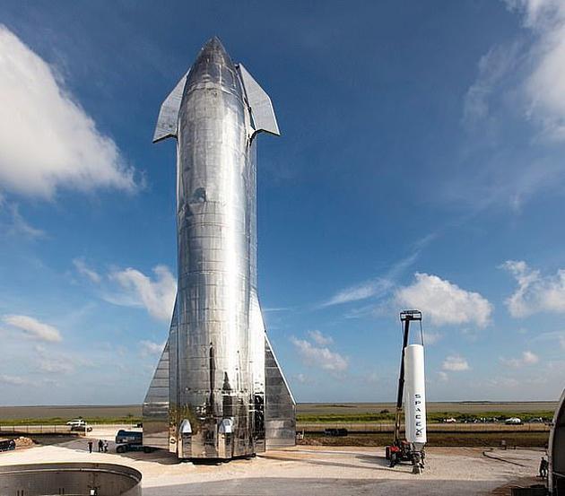 """伊隆·马斯克还指出,SpaceX的可重复使用""""星舰""""火箭将是把他的计划变成现实的关键。他认为,人类可以在两年内乘坐火箭飞行"""