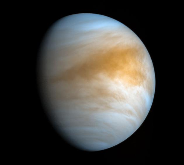 """在这张由日本航天局""""拂晓号""""探测器于2016年11月20日拍摄的照片中,可以看到金星表面笼罩的诡异而可怕的大气层。民众科学家凯文·吉尔(Kevin Gill)对这张照片做了红外线和紫外线色彩处理。"""