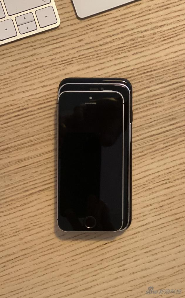 三款手机堆在一起,屏幕尺寸最大的5.4寸iPhone 12尺寸剧中